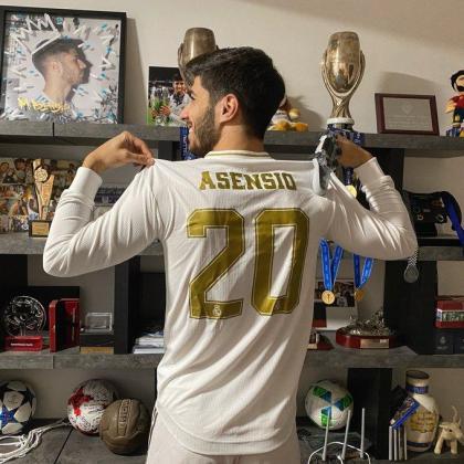 Marco Asensio celebra el título en el Torneo FIFA LaLigaSantanderChallenge.
