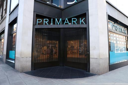 Vista de la entrada de una tienda de Primark.