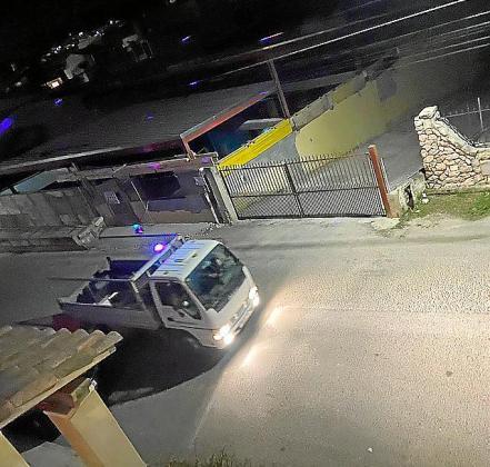 El 'camión fiestero' de Lloseta, en plena faena.