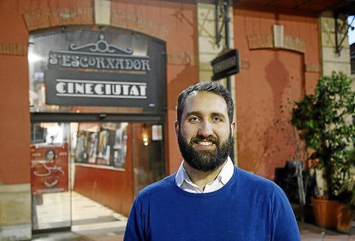 El presidente de Xarxa Cinema, Javier Pachón, en la entrada a las salas CineCiutat.
