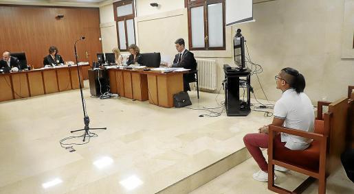 Imagen del joven condenado a seis años de prisión por incendiar el piso de su exnovia en es Rafal durante el juicio en la Audiencia Provincial.