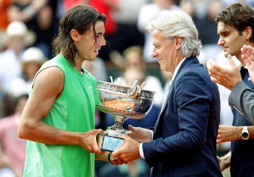 Rafael Nadal recibe el trofeo de campeón de Roland Garros de Bjorn Borg.