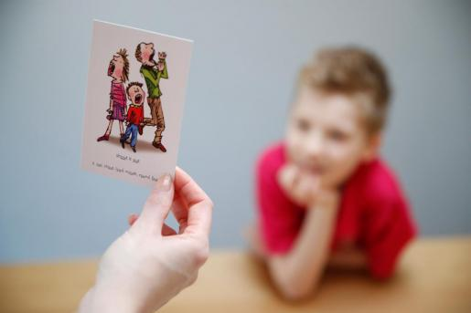 Un niño mira una ficha de salud.