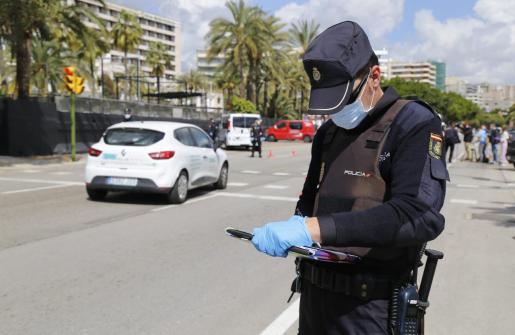 Un agente de la Policía Nacional, durante uno de los controles de tráfico que se realizan en Palma.