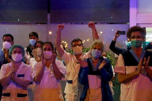 Personal sanitario, aplaudiendo en un hospital de Madrid.