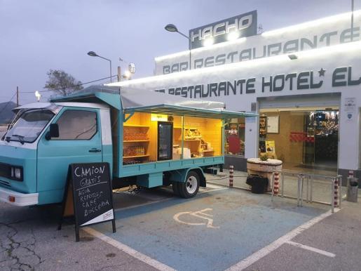 Han instalado una foodtruck para que los camioneros cojan comida y bebida gratis.