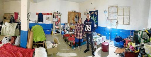 Olga y Amador permanecen confinados por el coronavirus en un almacén de la antigua cárcel de Palma, donde viven desde hace dos años.
