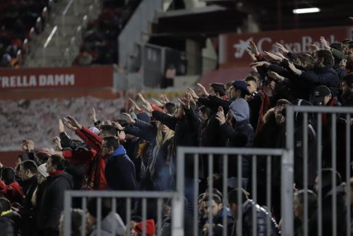 Un sector de la afición del Real Mallorca anima a sus jugadores desde la grada de Son Moix.