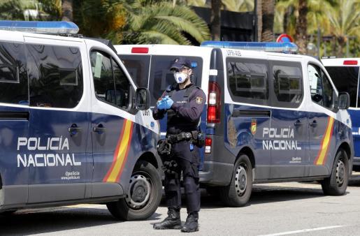 Un agente de la Policía Nacional, en uno de los controles activados en Palma.