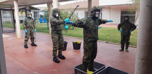 Labores previas de los militares desplazados a la residencia Son Tugores antes de iniciar la desinfección del establecimiento.