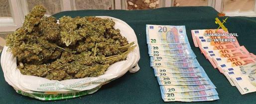 Imagen del alijo de marihuana y la cantidad en efectivo incautados en Marratxí.