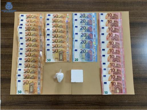 Los policías localizaron dos paquetes con una sustancia blanquecina, además de dinero en efectivo y fraccionado.