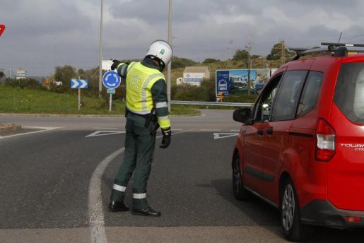 Un agente de la Guardia Civil informando a un conductor.