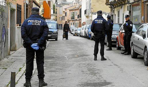 Detenido un joven por intentar agredir a un agente de la policía local en Palma.