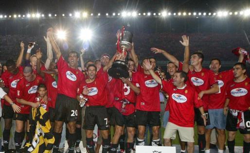 Los jugadores del Real Mallorca celebran el título de la Copa del Rey logrado en Elche en 2003.