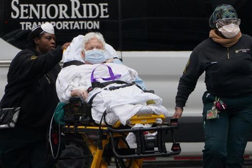Trasladan a una paciente con coronavirus a un hospital de Nueva York.