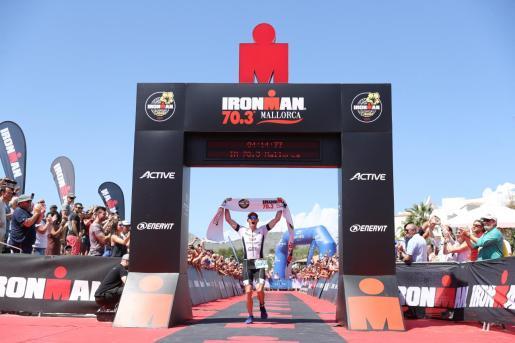 El ganador de la pasada edición del Ironman 70-3 de Alcúdia, entrando en meta.