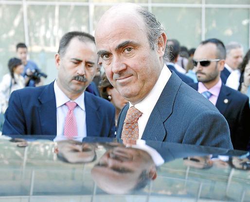 El ministro de Economía, Luis de Guindos, al término de la visita al CNIC.