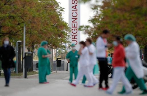 Trabajadores sanitarios del hospital La Fé de Valencia, en un momento de descanso.