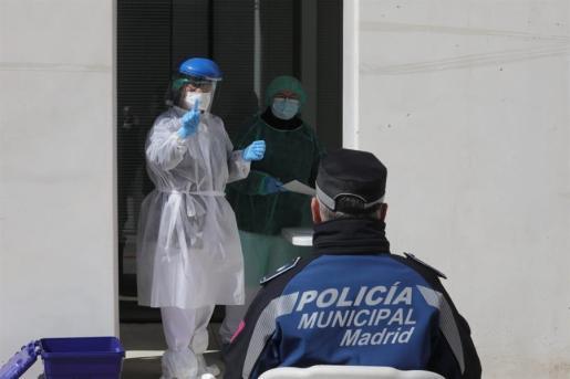 Un policía espera para someterse a la prueba rápida de coronavirus.