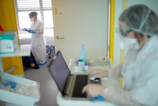 En España hay un total de 56.188 casos positivos de coronavirus, tras 8.578 nuevos infectados en las últimas 24 horas, lo que supone un aumento del 18 %, y 4.089 fallecidos, un 19 % más, tras sumar 655 muertos. De ellos, el 87% tenía más de 70 años y el 67% más de 80.
