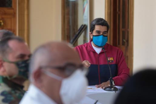 Fotografía cedida por prensa Miraflores que muestra al presidente de Venezuela, Nicolás Maduro, mientras interviene durante la reunión Comisión Presidencial para la prevención del COVID-19 este domingo, en el Palacio de Miraflores.