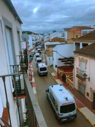 Ambulancias trasladan a ancianos enfermos de coronavirus.