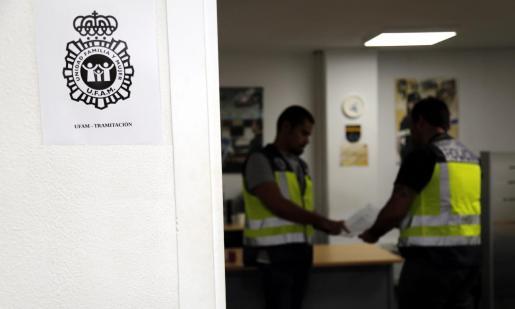 Imagen de archivo de dos agentes de la Unidad de Familia y Mujer de la Policía Nacional.