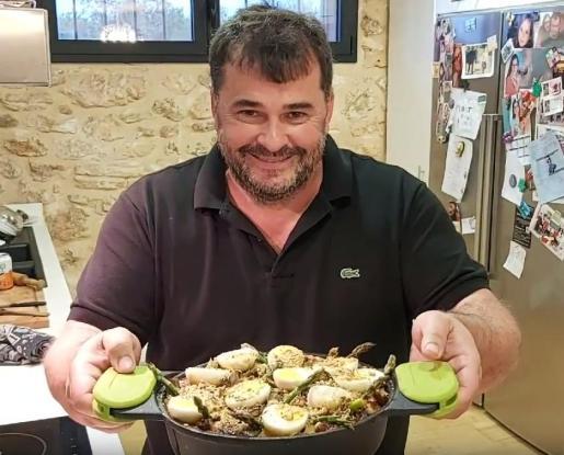 Miquel Calent muestra el resultado de su receta.