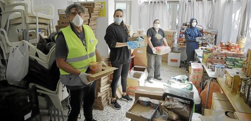 Voluntarios de la ONG Templarios del Mundo distribuyendo comida en el local de Tardor.