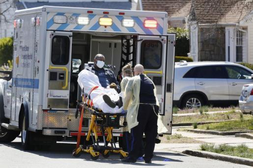 Personal médico trasladando a un afectado de coronavirus.