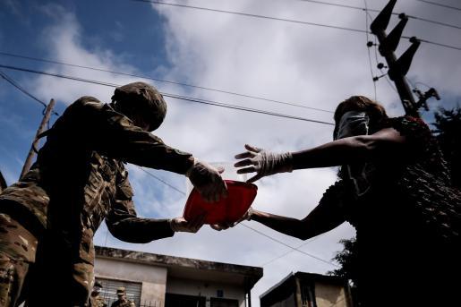 Soldados del Ejército distribuyen ayudas de alimentos en barrios pobres del Gran Buenos Aires.