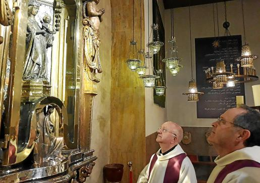 El prior, Marià Gastalver, y el sacerdote Toni Burguera, ayer durante sus rezos a la Mare de Déu de Lluc.