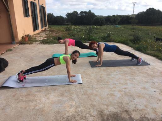 Xisca Pascual, con su familia, prepara las rutinas de ejercicios de cada día.