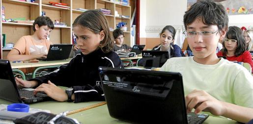 En la imagen de archivo, alumnos del Colegio Eugenio López, de Palma, utilizan ordenadores portátiles en sus actividades académicas.