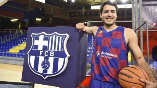 Álex Abrines posa el día de su presentación como jugador del Barça.