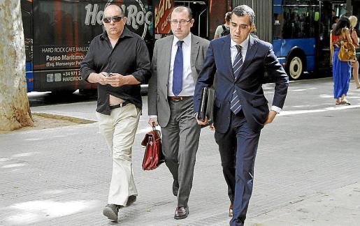 Oliver (izquierda) con sus letrados, Miquel Borrás y Gregorio San José.