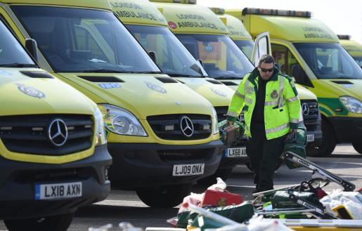 Un trabajador de ambulancias en Reino Unido.