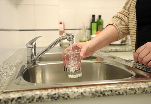 Las empresas públicas y privadas de suministro de agua insisten en que consumir agua del grifo tiene muchos beneficios porque es un agua transparente, ecológica y económica. En estos días aconsejan incluso evitar salir de casa para comprar botellas de agua embotellada.