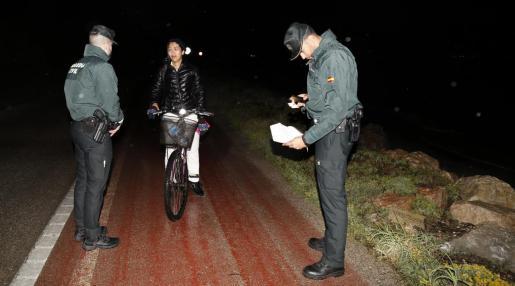 Los agentes identifican a una ciclista que de noche iba al Port de Pollença. Resultó que era una trabajadora de una residencia de ancianos y la dejaron marchar.