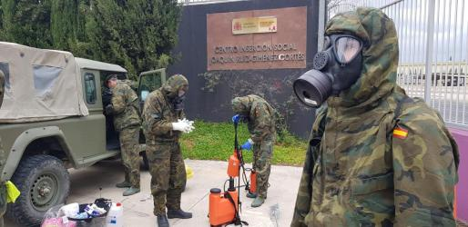 Los militares desinfectaron este sábado el centro de reinserción social Joaquín Ruiz-Giménez, en Palma.