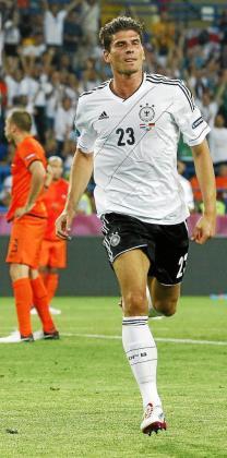 El delantero de la selección alemana Mario Gómez celebra el primer gol.