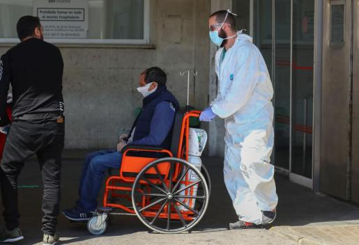 Traslado de un paciente en un hospital de Madrid.