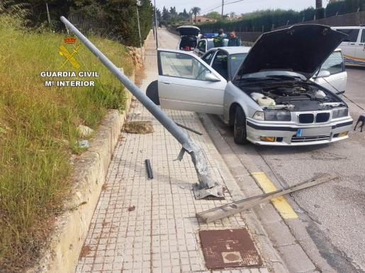 Estado en el que quedó el vehículo tras sufrir un accidente en plena huida en la zona de Alcúdia, donde un joven, sin carnet ni seguro, había sido requerido por la Guardia Civil para comprobar los motivos de su circulación.