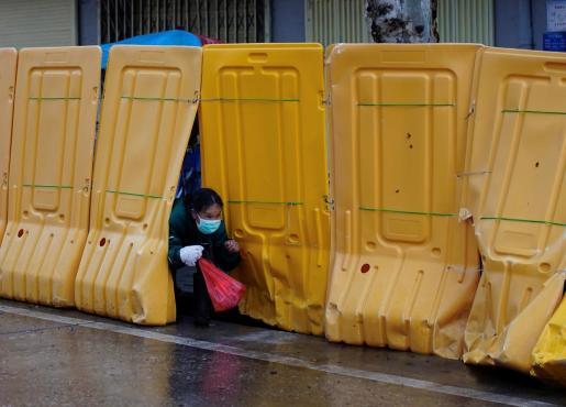 Una mujer, en una calle de China.