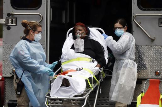 Una paciente en Nueva York, trasladada en una ambulancia.