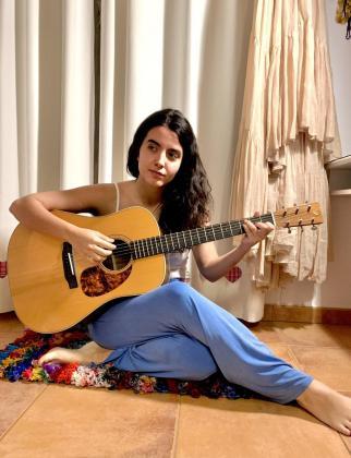 La cantante Júlia Colom, en una imagen tomada esta semana en Valldemossa, donde está confinada.