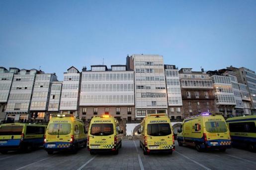Un grupo de ambulancias estacionadas frente a un hospital de Galicia.