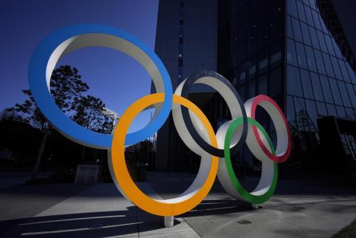 Los aros olímpicos, en una imagen captada en una calle de Tokio.