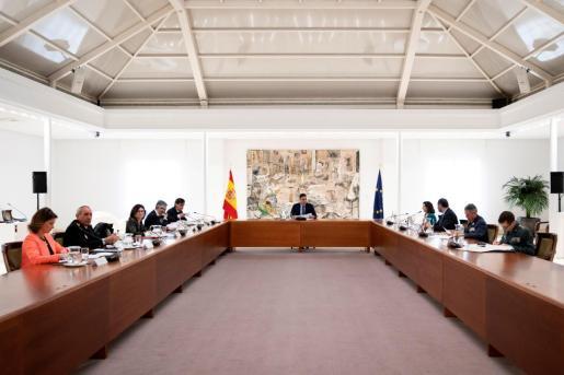 Fotografía facilitada por el gabinete de prensa del Gobierno que muestra al presidente Pedro Sánchez durante la reunión del comité de gestión técnico del coronavirus en el Palacio de la Moncloa este martes.